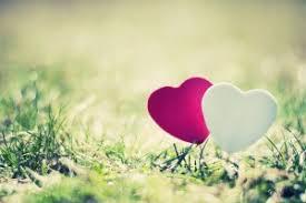 hjärtan svävar över gräs